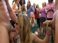 Сексуальная леди сосёт на девичнике