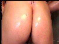 Принимая душ показала свои большие сиськи и сочную попку