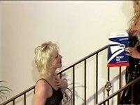 Девчонки на лестнице