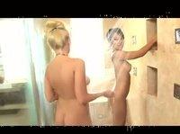 Совместный душ с подругой