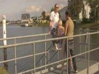 Отодрали сучку на берегу реки