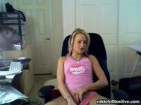 Блондинка мастурбирует перед вебкой