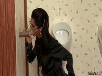 Играет с хуем в убранном туалете