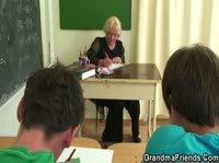 За плохую учёбу, училка наказала ребят